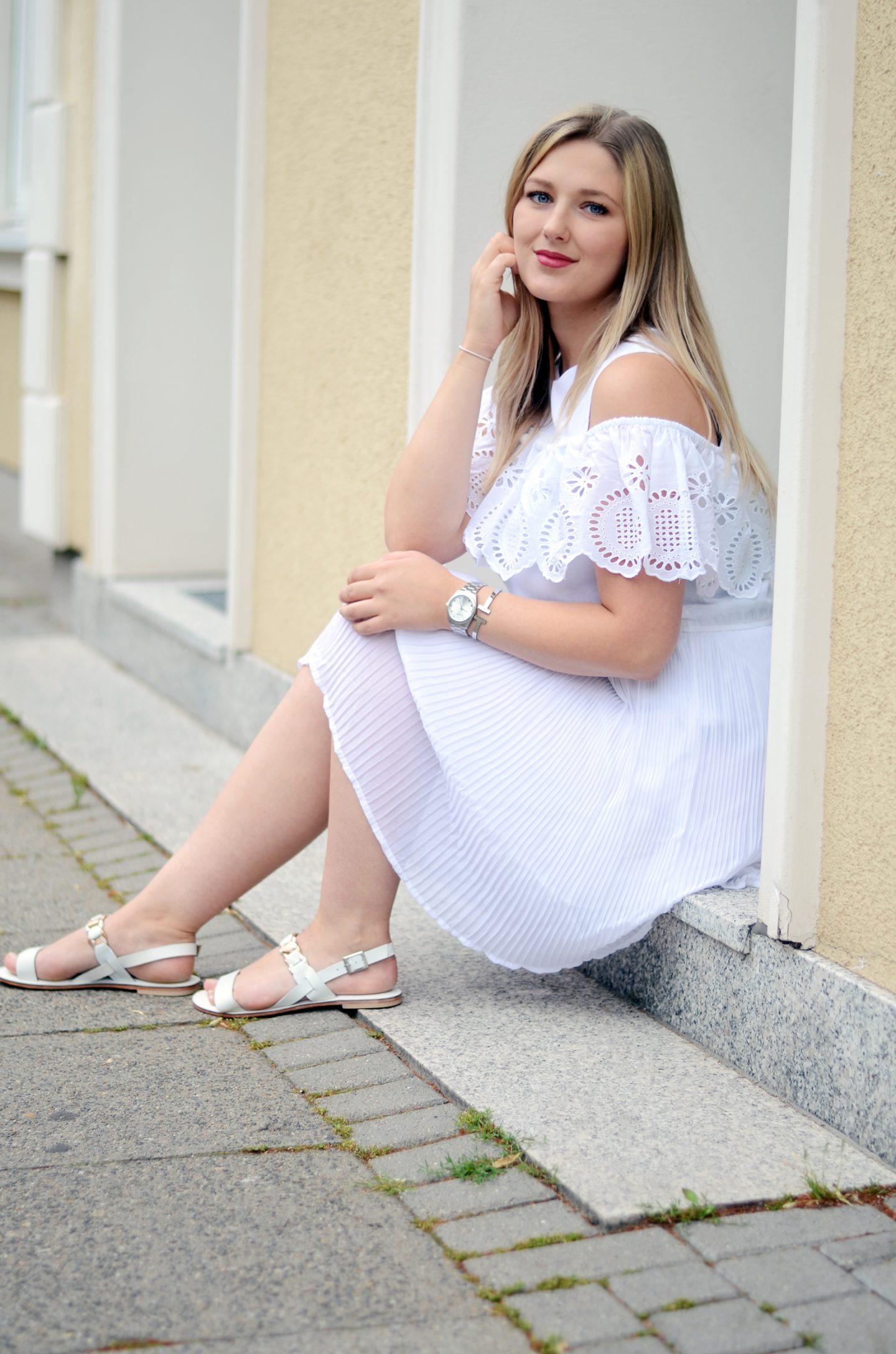 Zeitlos: verliebt in weiße Sandalen